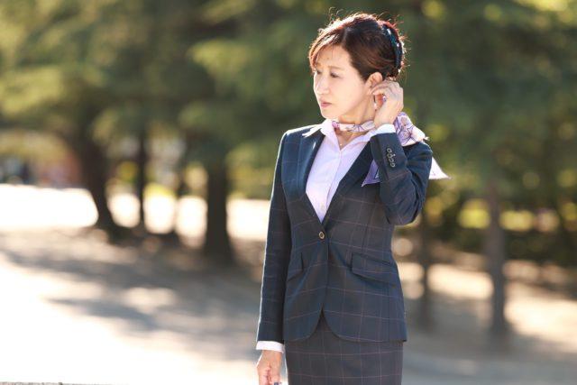 女性の方必見!スーツをエレガントにチャーミングに着こなす方法